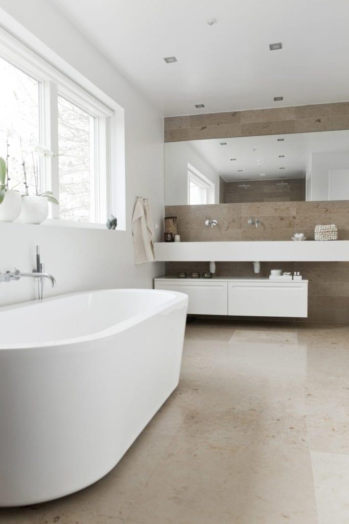 Badekar på badeværelse